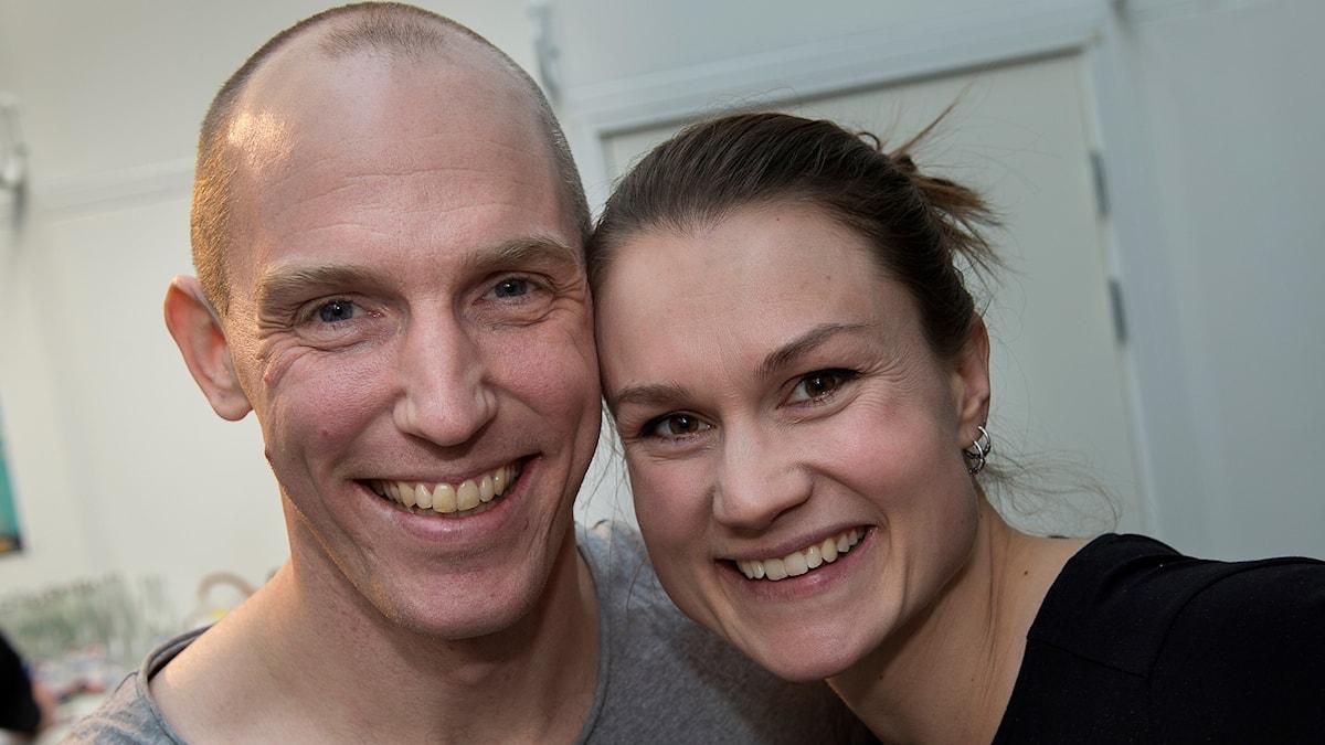 Skidskytten Björn Ferry och hans fru Heidi Andersson ler