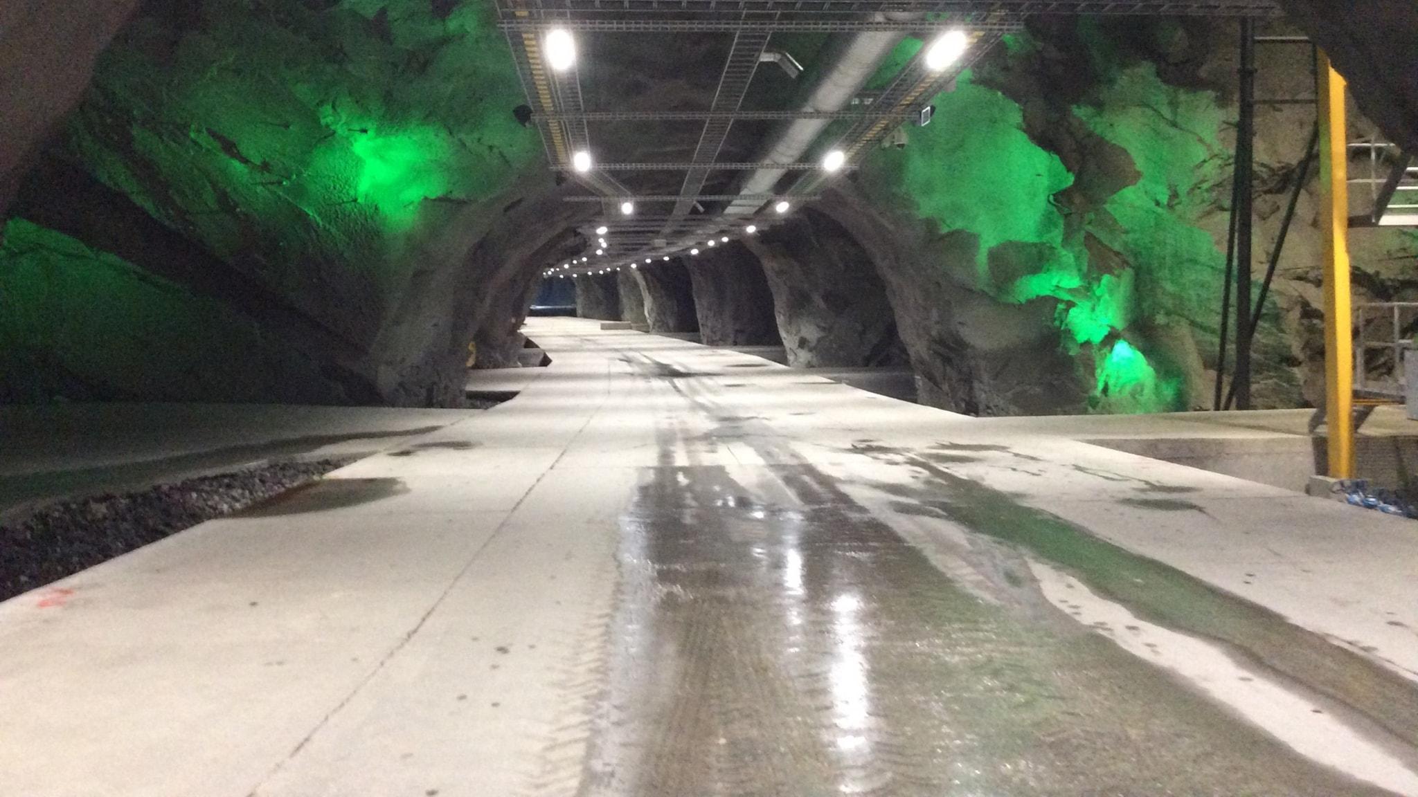En tunnel med belysning