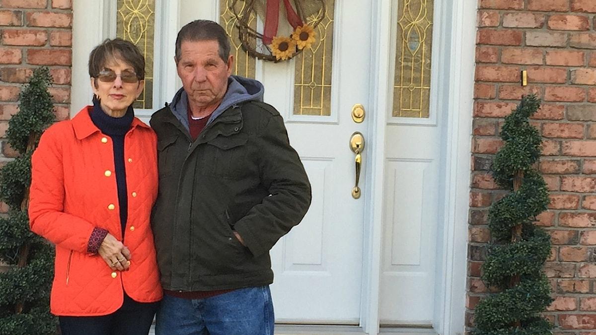 Paret Botkin framför sin dörr i Virginia, USA.