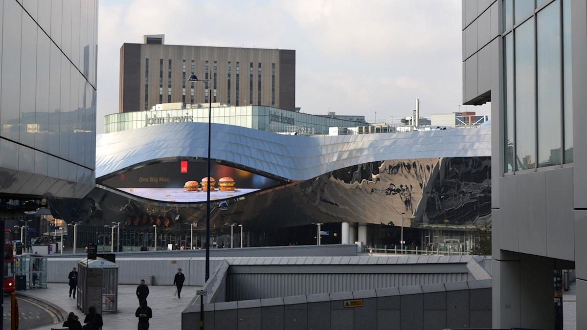 En silverglänsande stor, byggnad.