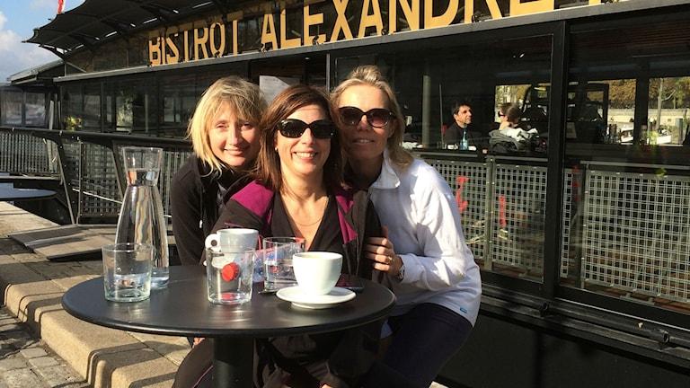 Isabelle,  Aurelie och Caroline tar en kaffe på Seines högra strand.