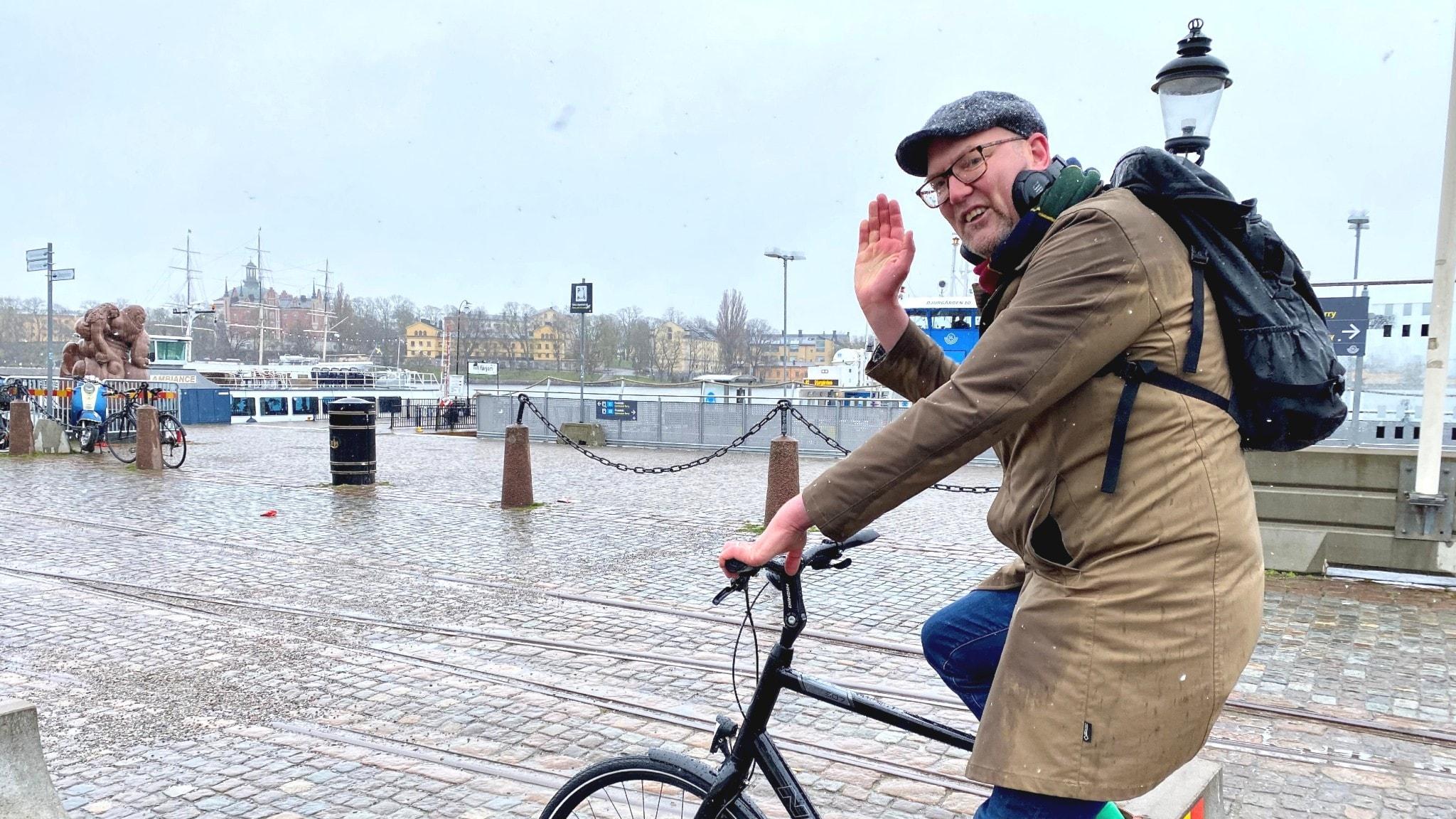 Regionrådet i Stockholm Gustav Hemming (c) på cykel.