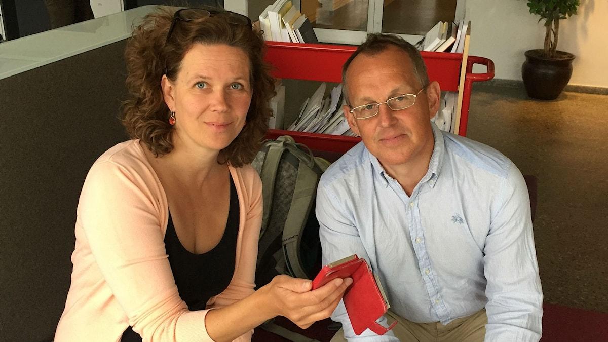 Klotets programledare Marie-Louise Kristola och miljöekonomen Kristian Skånberg tittar på de appar som finns för att till exempel hitta restauranger som säljer överbliven mat.