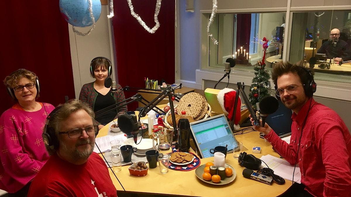 Fyra personer sitter i studion och spelar in program