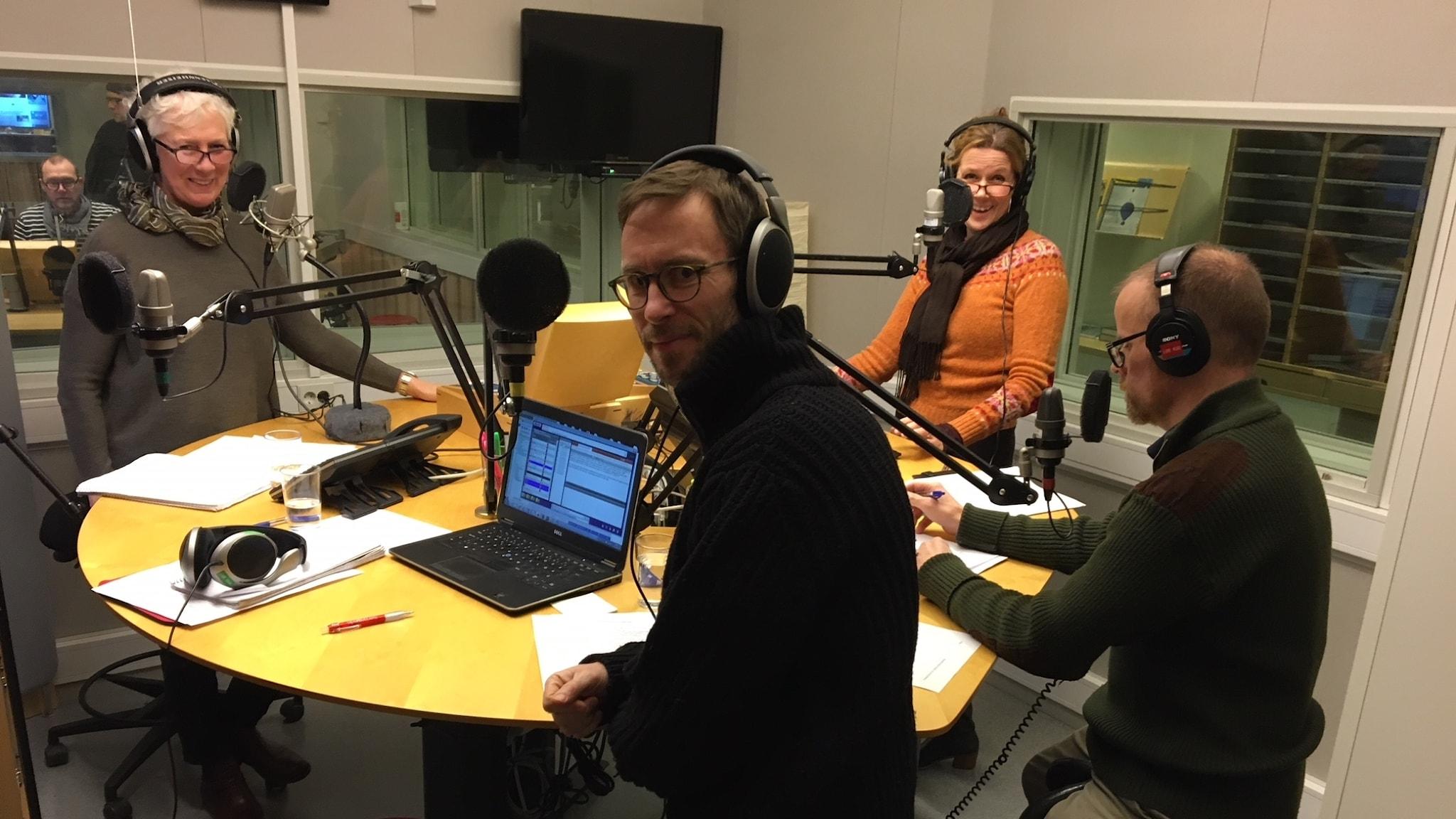 Fyra personer i en radiostudio.