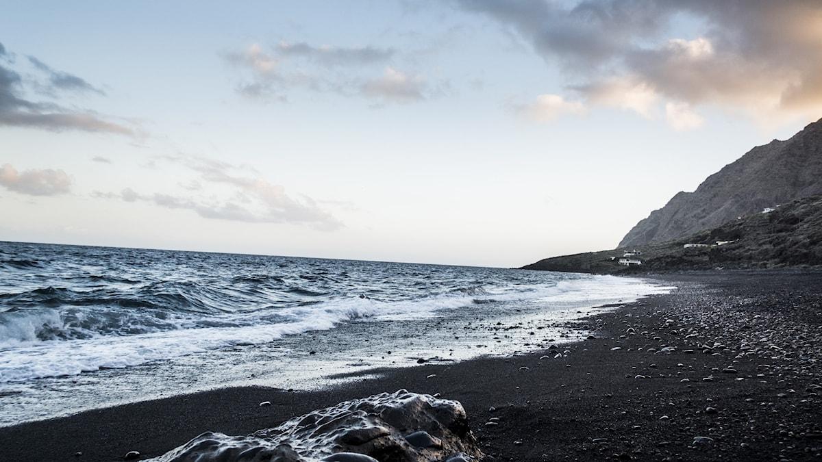 Havsvågor slår upp på strand.