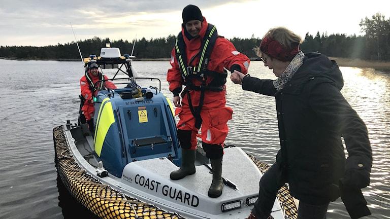 """Kärnkraftsövningen Havsörn: Ingegerd och Jan Häggqvist """"räddas"""" efter åtta timmars väntan på evakuering från Gräsö. Till slut kom kustbevakningen."""