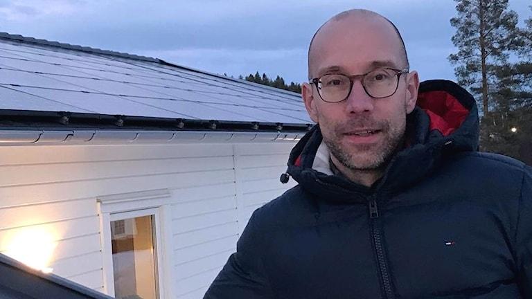Fredrik Jonsson på Skellefteå Kraft, utanför försökshuset i Skellefteå.