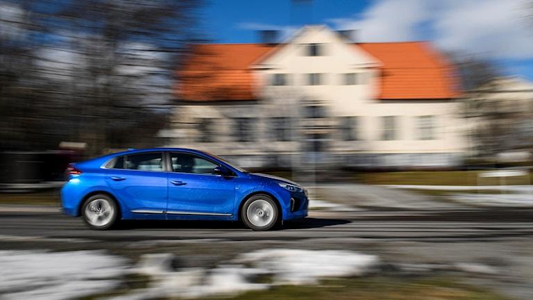 blå elbil kör nsbbar
