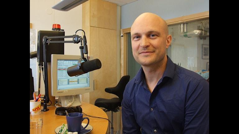 Fredrik Önnevall i en radiostudio