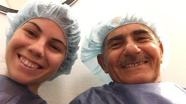 Gulistan Kavak med sin pappa under ett läkarbesök där hon tolkar.
