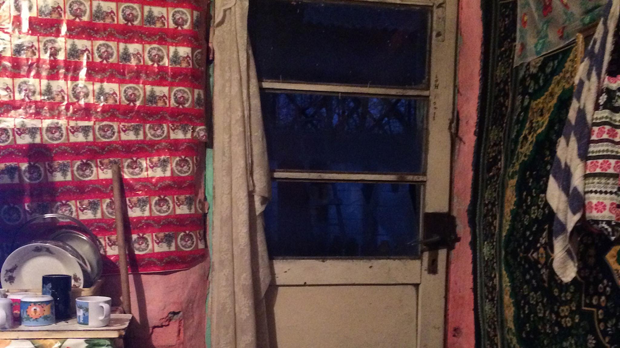 Felicias dörr i hemmet i Rumänien Foto: Sara Olausson/Sveriges Radio