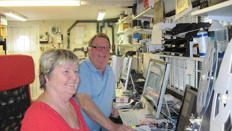 Sven-Ingvar och Anita Hjertenvik driver en firma i Malmö som digitaliserar bilder och filmer, framtidssäkrar dem. Foto: Lotta Malmstedt/Sveriges Radio