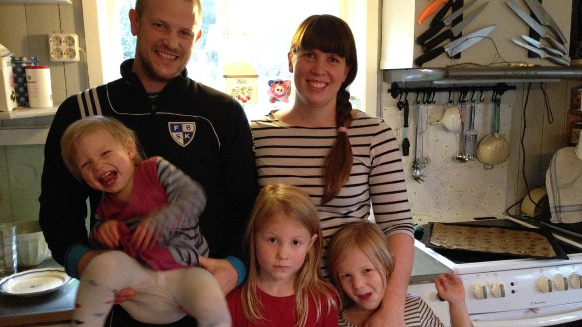 Ragnar och Helena Styrbjörn med barnen Ilon, Astrid och Ella.Foto: Jonna Berglund/Sveriges Radio