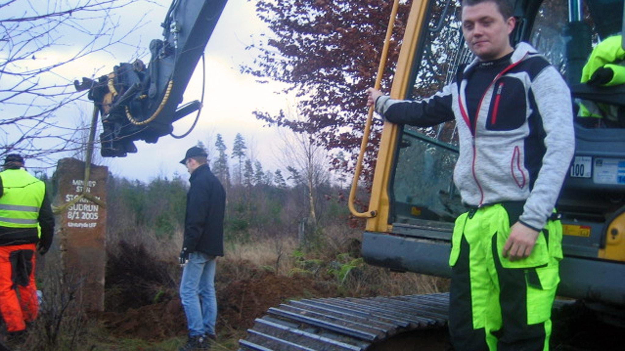LRF i Unnaryd reser minnesstenen över stormen Gudrun vid Järanäs vägskäl. Foto Göte Carlsson