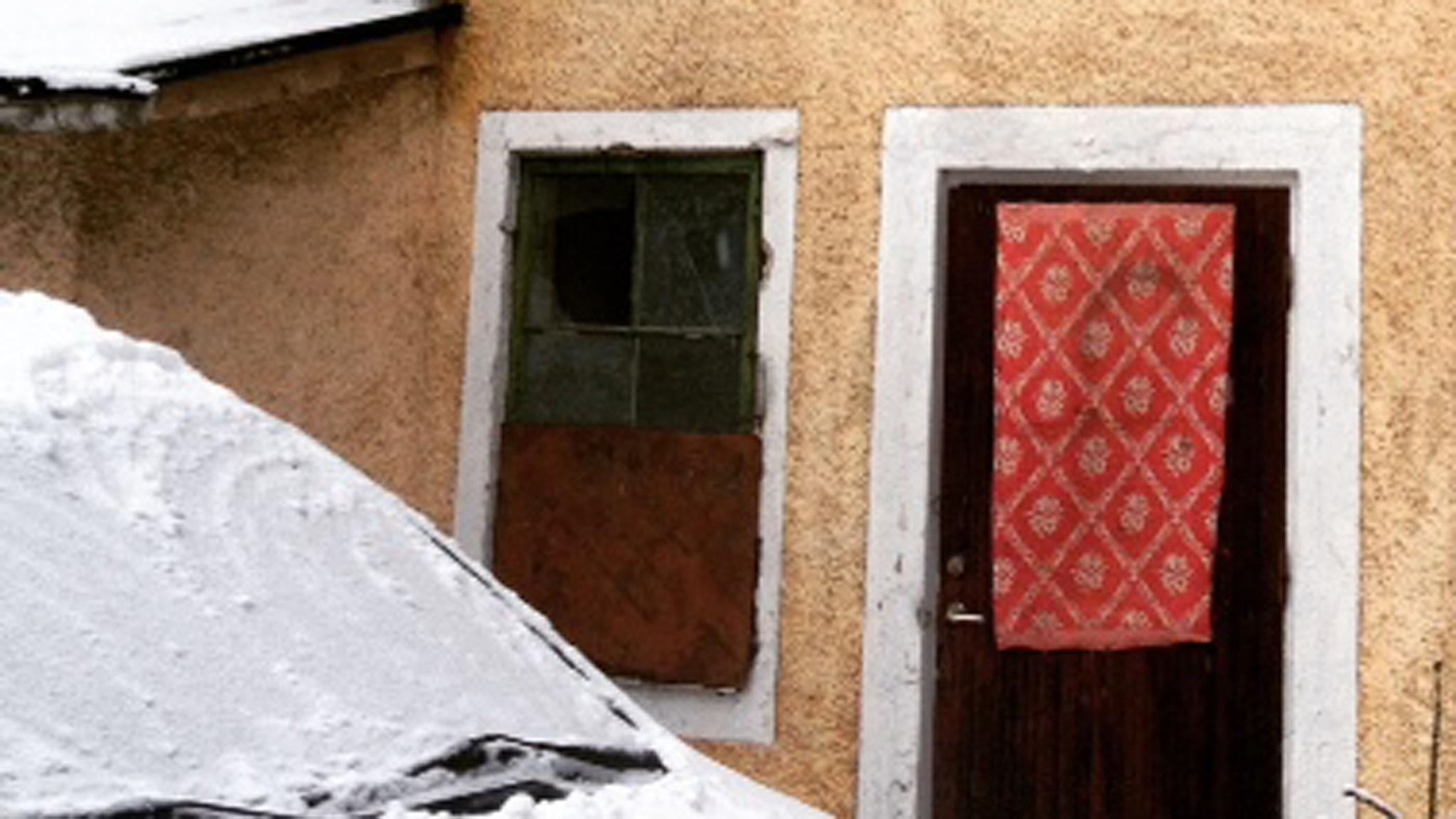 Romska EU-migranter har tagit huset i Björkvik i besittning. Foto: Susanna Einerstam/Sveriges Radio