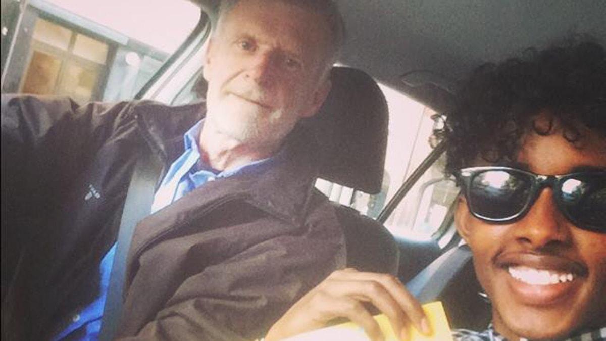 Svenskläraren Lars Ellborg blev en viktig person för Hanad, som kom ensam till Sverige som fjortonåring. – Lars var inte som andra vuxna, säger Hanad. Han trodde på mig. Så här såg det ut när de träffades igen i programmet Tendens. Selfie: Hanad Hassan
