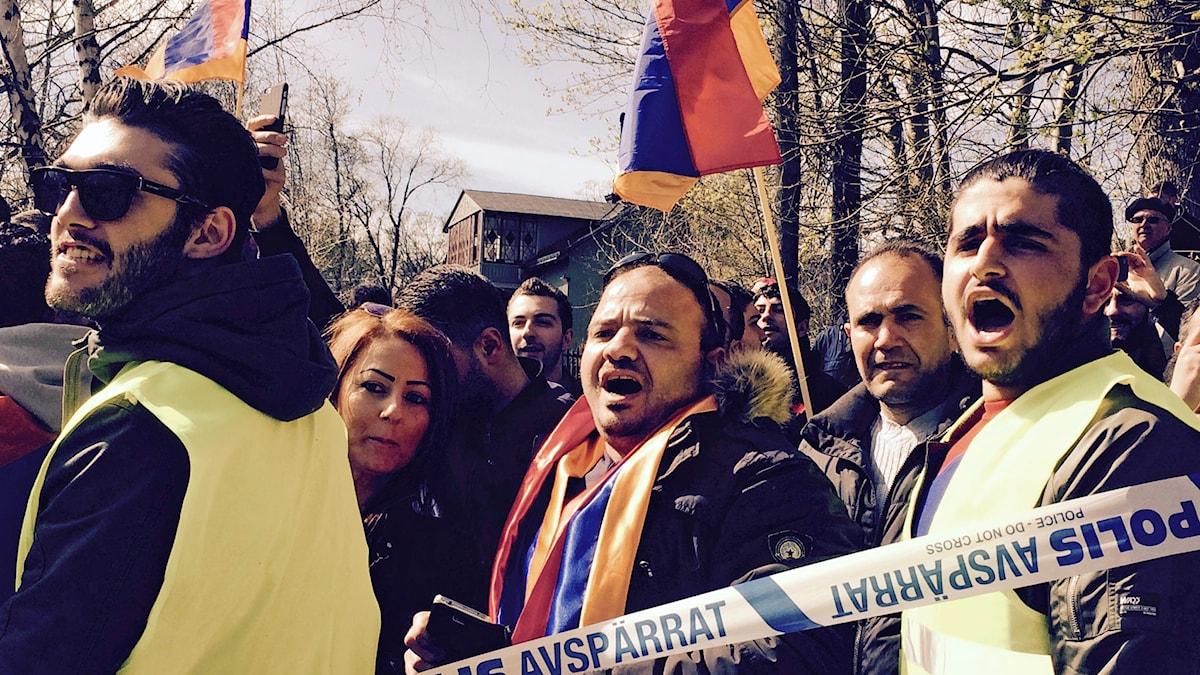 Demonstration utanför turkiska ambassaden 24 april 2015 Foto: Åsa Furuhagen/SR
