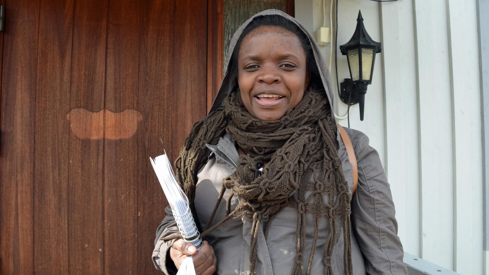 Maronga Furaha utanför sitt hem i Bureå. Foto: Gunilla Nordlund/ Sveriges Radio