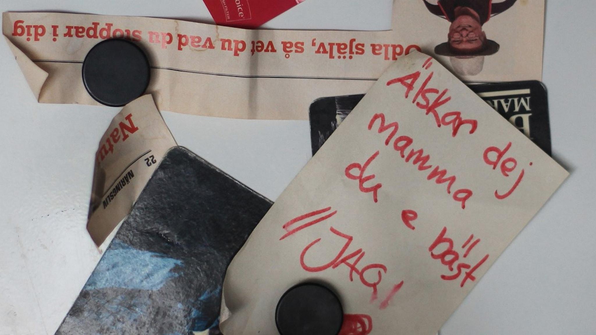 Idas dotter har skrivit en lapp och hängt upp på kylskåpet. Foto: Lasse Edfast/Sveriges Radio