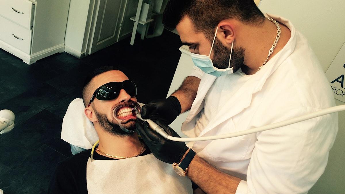 60 minuter får James vänta när tänderna bleks. Foto: Ninos Chamou/Sveriges Radio