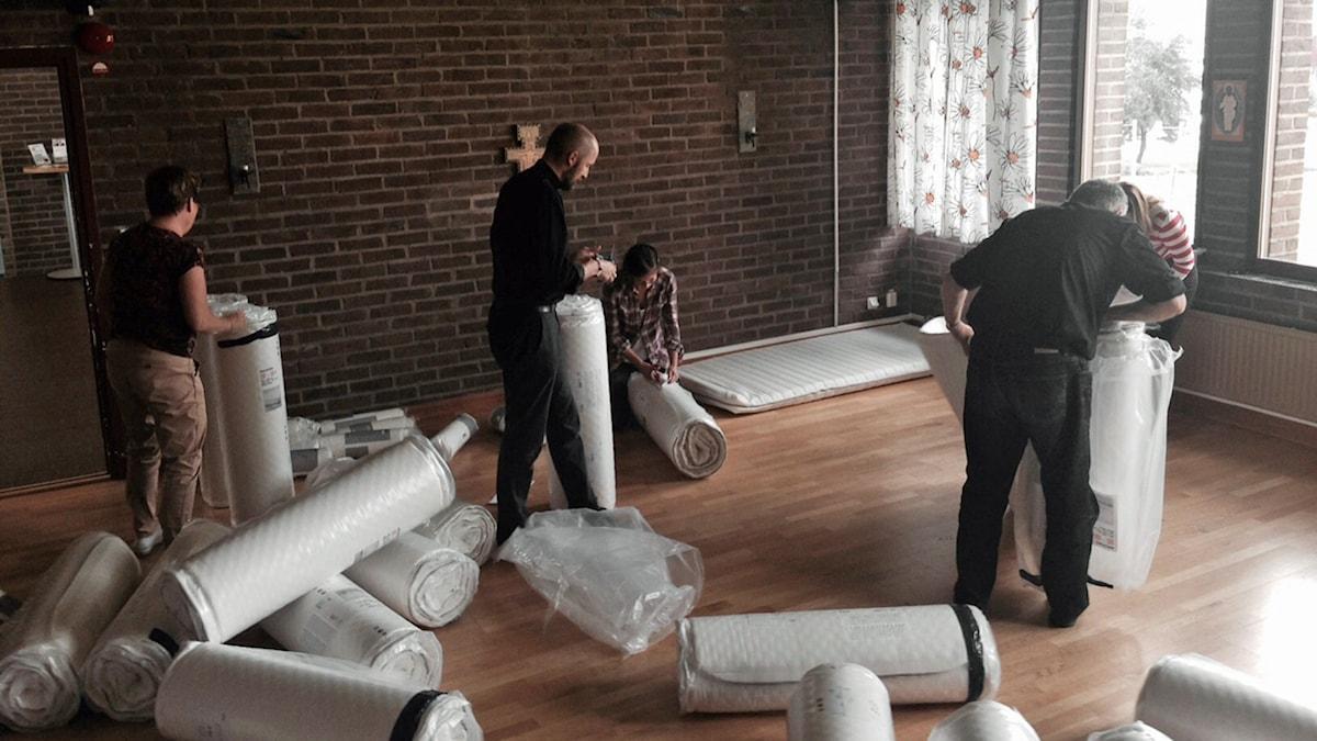 Fler madrasser till nyanlända flyktingar rullas ut i kyrka. Foto: Privat