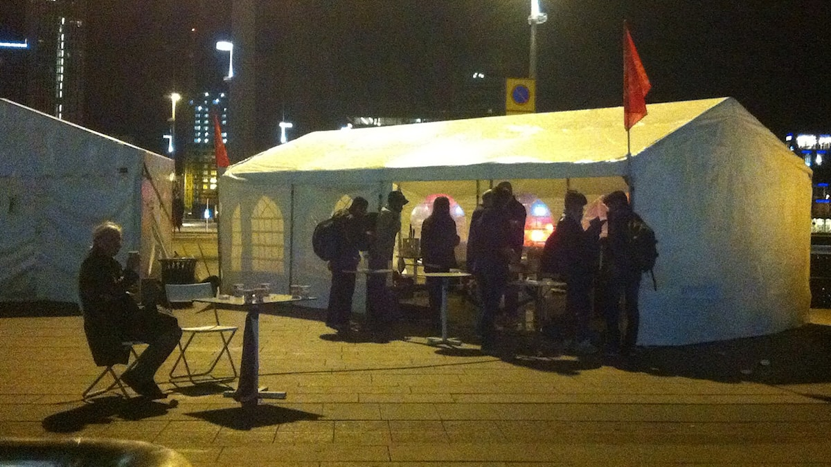 Refugees Welcome to Malmö delar ut mat på natten utanför Malmö Centralstation foto: Ola Hemström