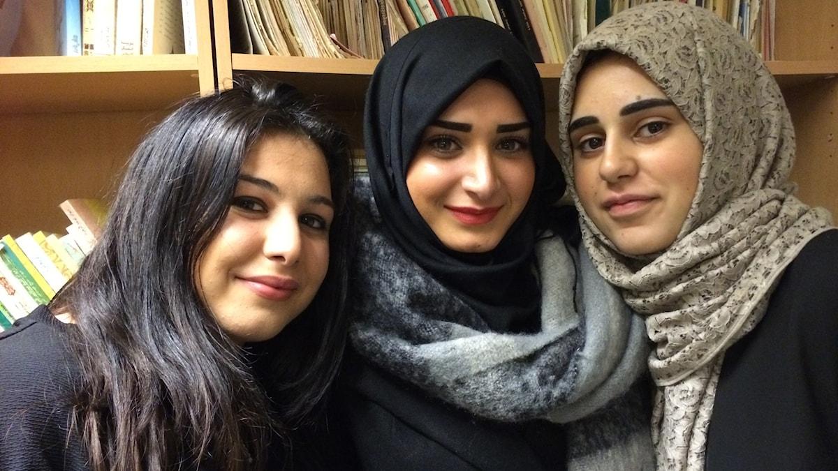 Hassibe Bdeir, Mariam Abdallah, Soujoud Abdallah, studenter i Trollhättan som besöker den shiamuslimska moskéen. Foto: Åsa Furuhagen/SR