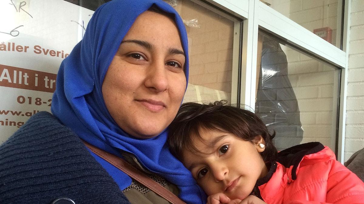 Hana och Miriam vid butiken för flyktingar