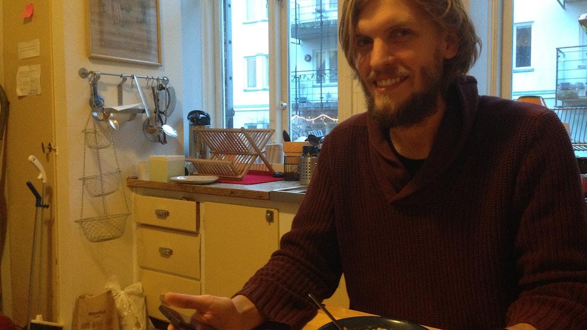 Med hjälp av mobilen håller Kristian Rönn koll på precis vad han äter och hur det påverkar hans kropp.