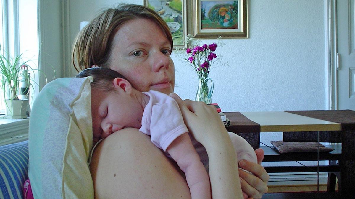 Lotta och och hennes nyfödda barn, efter den svåra förlossningen.