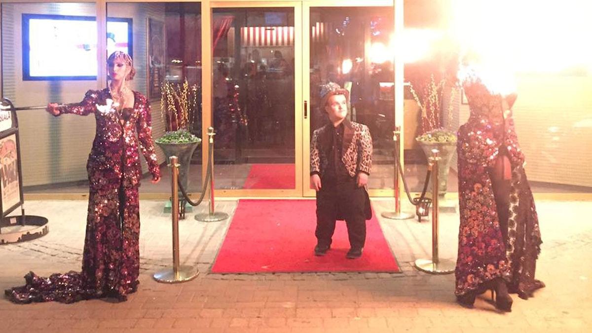 Leo står utanför nattklubben och hälsar gästerna välkomna.