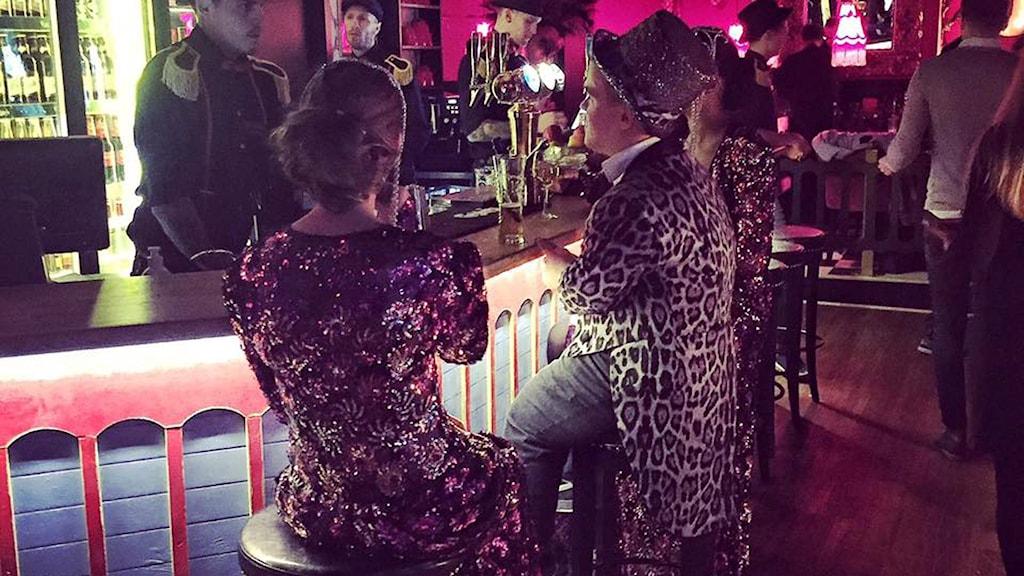 Leo tar en paus i baren innan han ska få klubbgästerna att komma loss på dansgolvet.