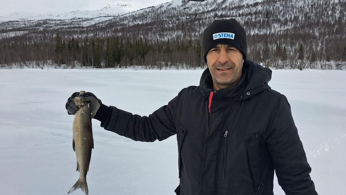 Isfiske för byns flyktingar på Laisan utanför Tärnaby.