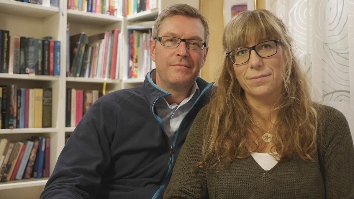 Erik & Susanne Lövgren fotade framifrån i sitt hem i Ånge