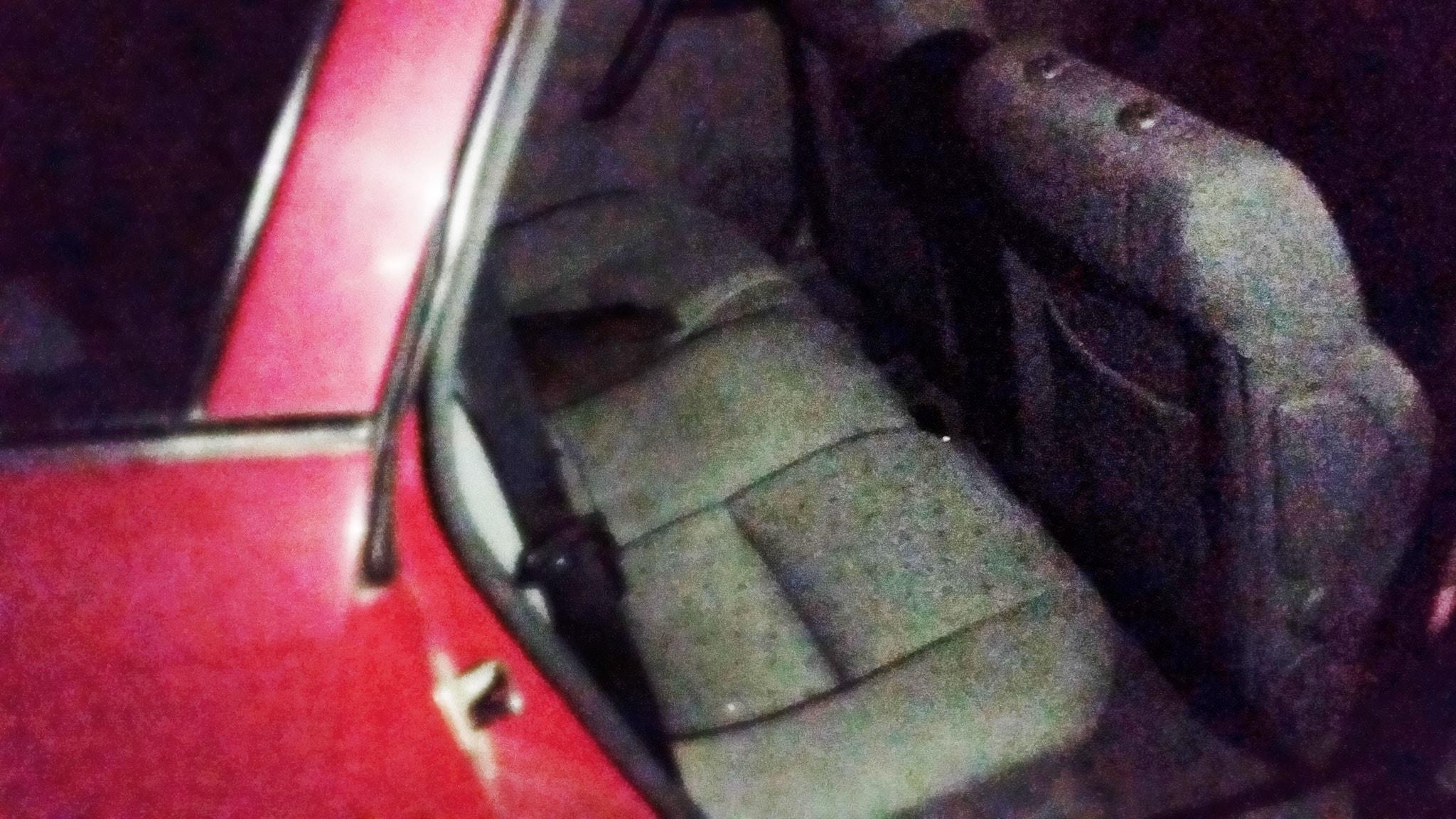 Hamid bor i en röd skrotbil