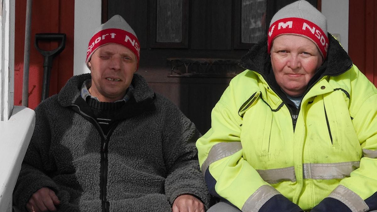 Pär Persson och Eva Söderberg sitter på farstutrappen vid sitt hus i Kangos