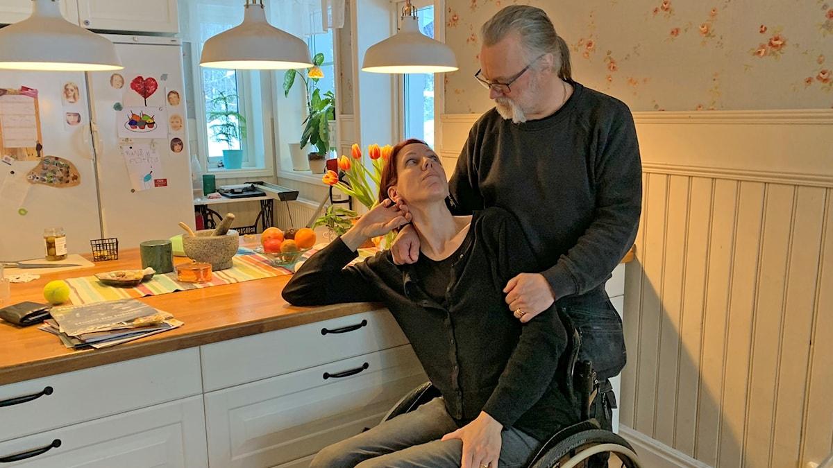 Annika och Kjelle hemma i köket