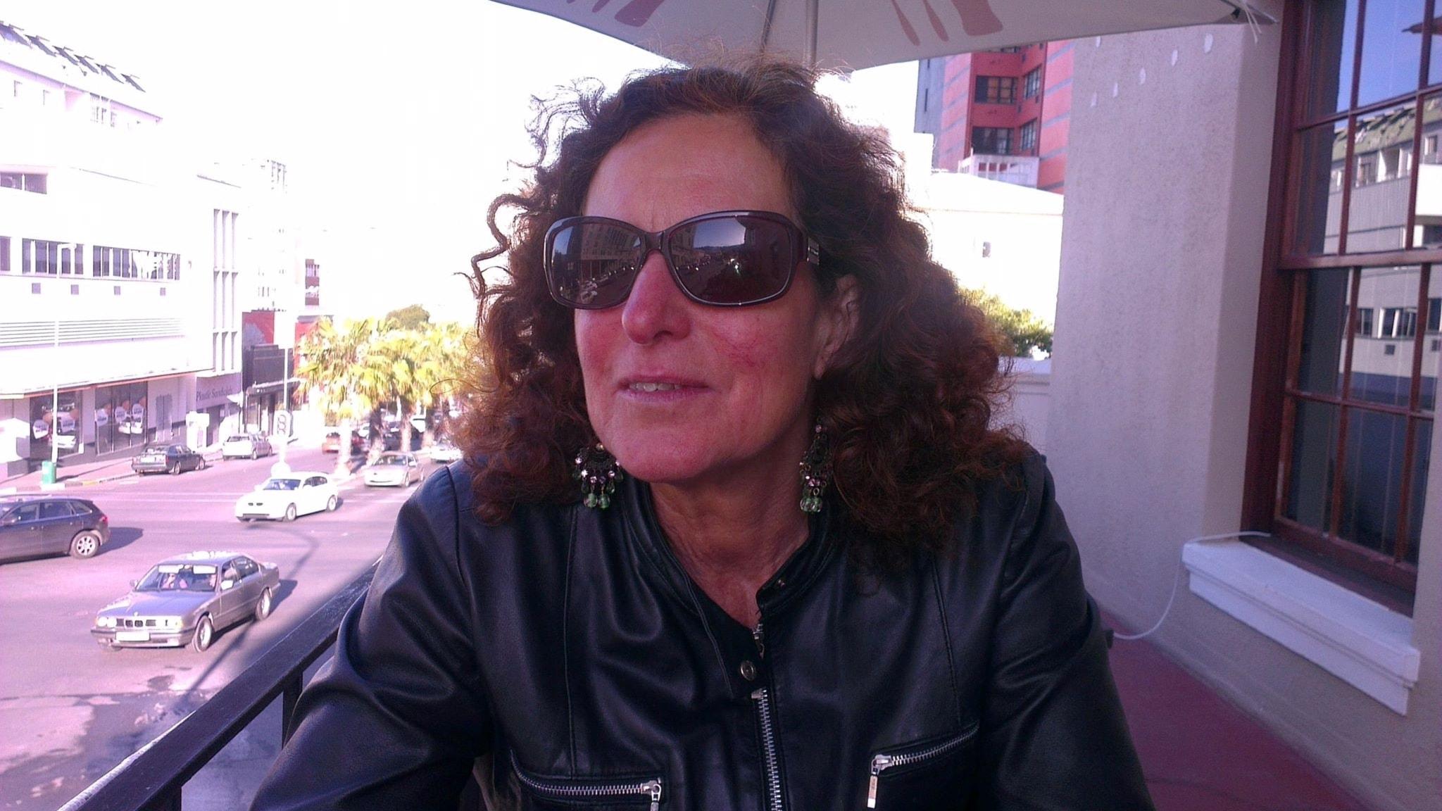 Denise Cresso startade Metoo-uppropet #Slutvillkorat, där kvinnor med funktionsnedsättning berättar om hot, våld och sextrakasserier. Denise Cresso med mörka glasögon på en balkong.