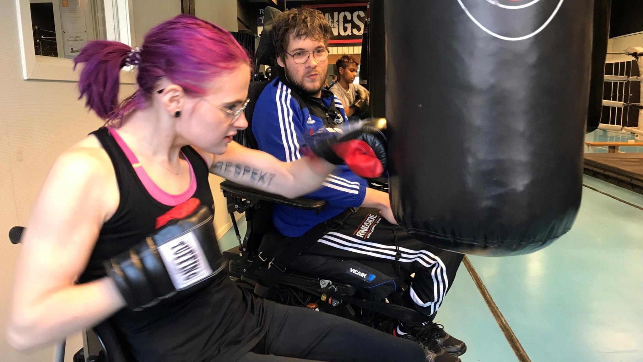 Erik tränar Frida i boxning