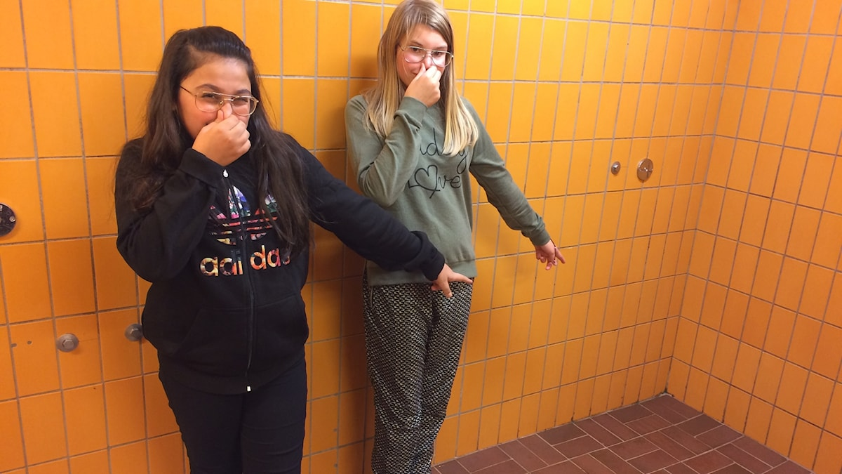 Dania och Karin tycker skolduschen luktar illa.