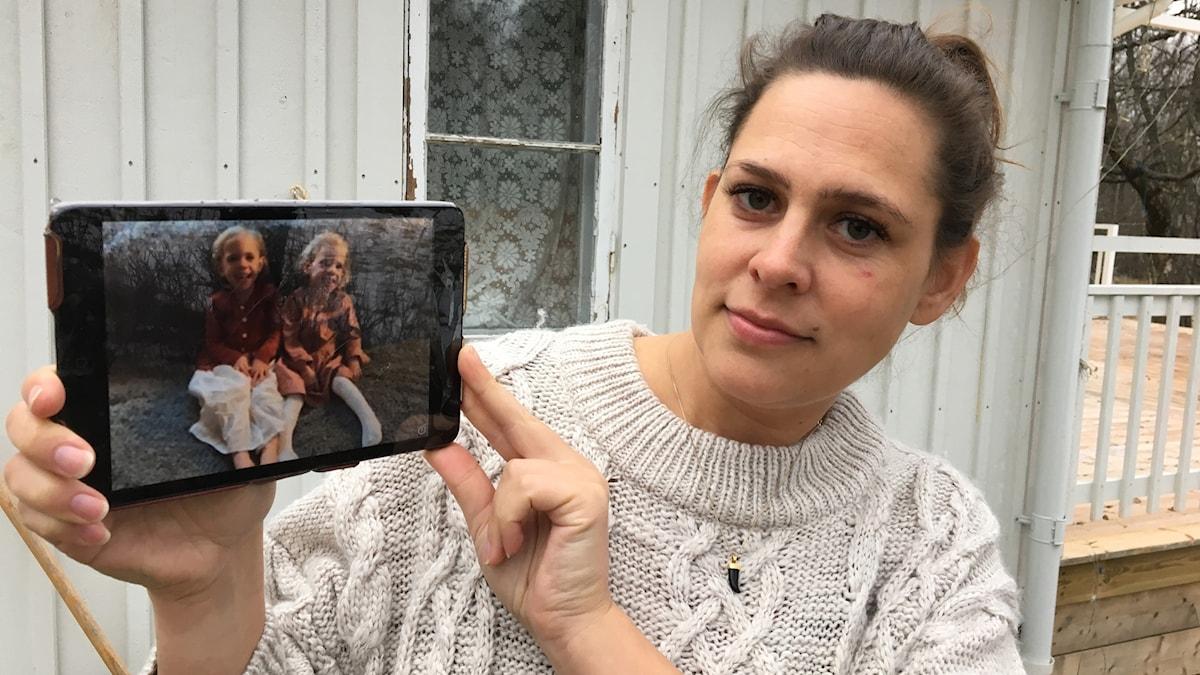 Tove Lundin vidar en bild på sina tvillingdöttrar.