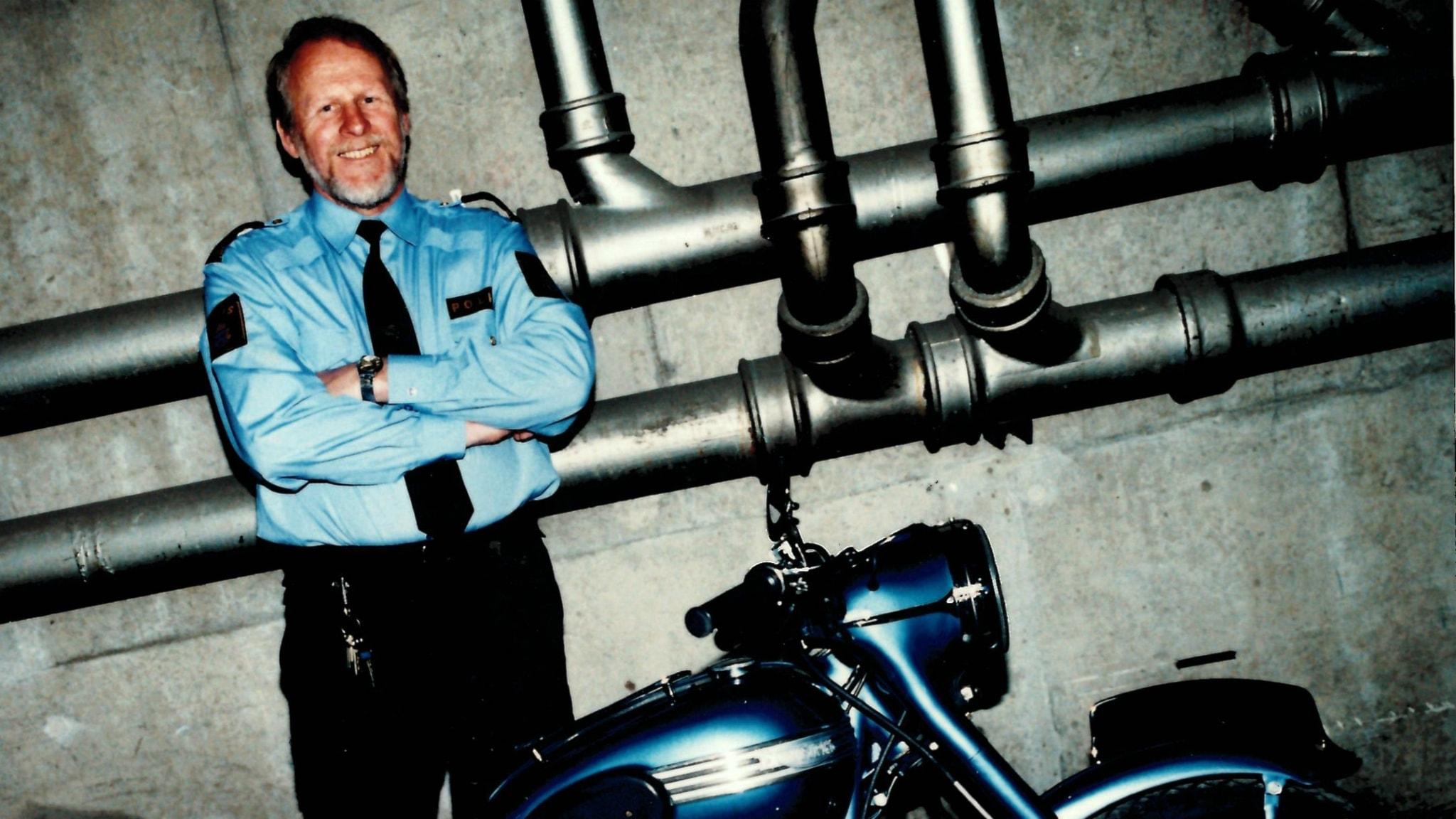 Sten Axelsson med sin älskade motorcykel. Han brukade åka hem till unga grabbar som nazisterna rekryterat och prata med dem och deras föräldrar. Ofta fick han dem på andra tankar.