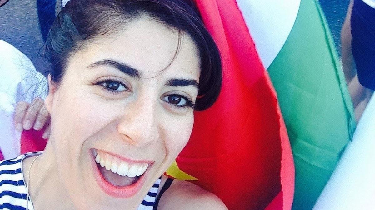 Ala Riani med den kurdiska flaggan.