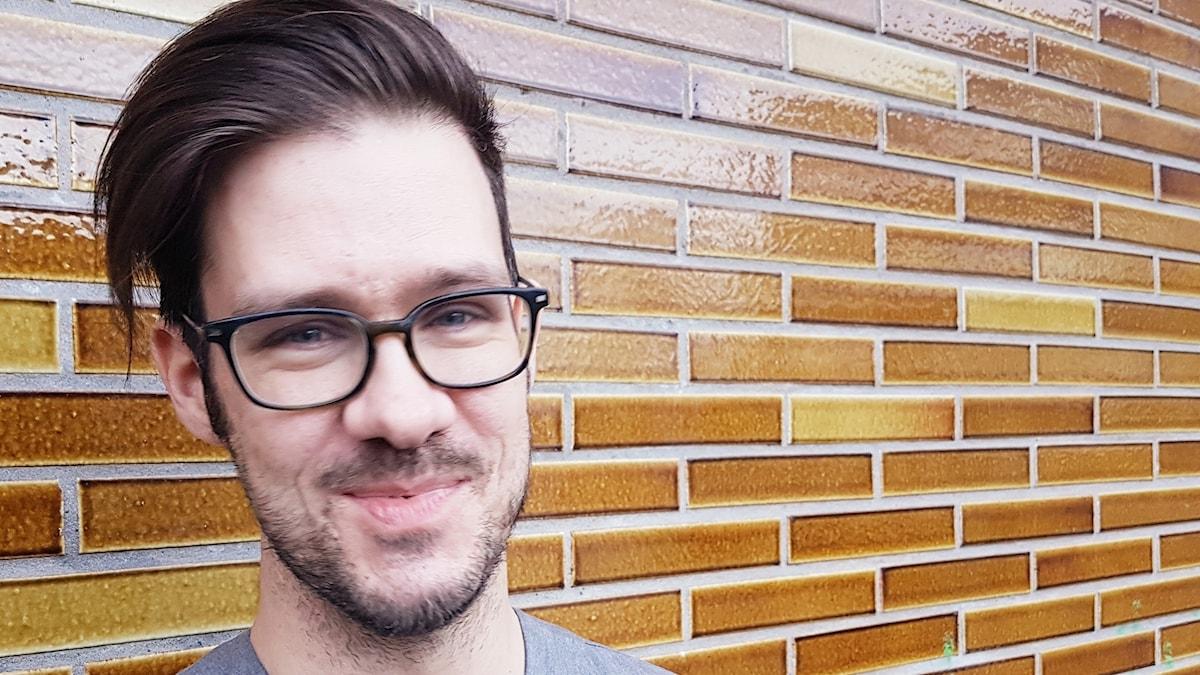 Anders Finnberg vid en tegelvägg