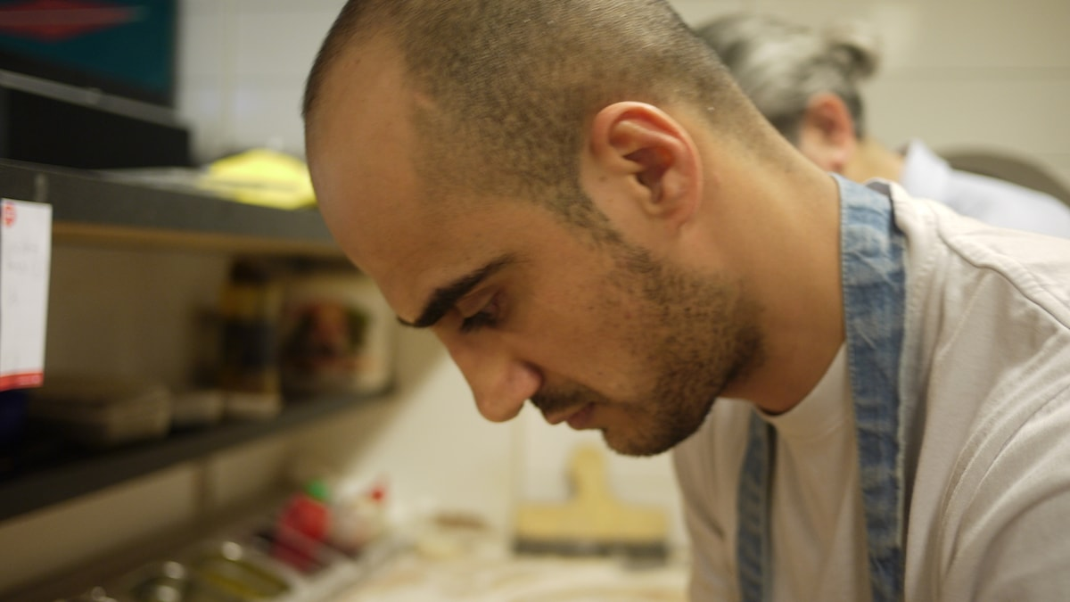 Danyar Mohammed, pizzabagare, fotad när han bakar pizz