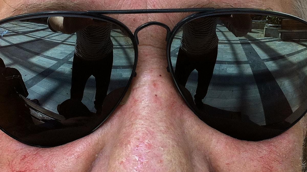 Kents svarta solglasögon.