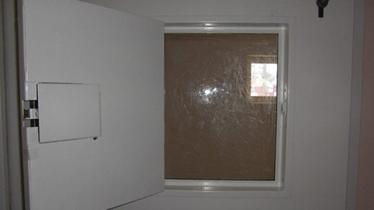 Dörrluckan i isoleringscellens dörr.