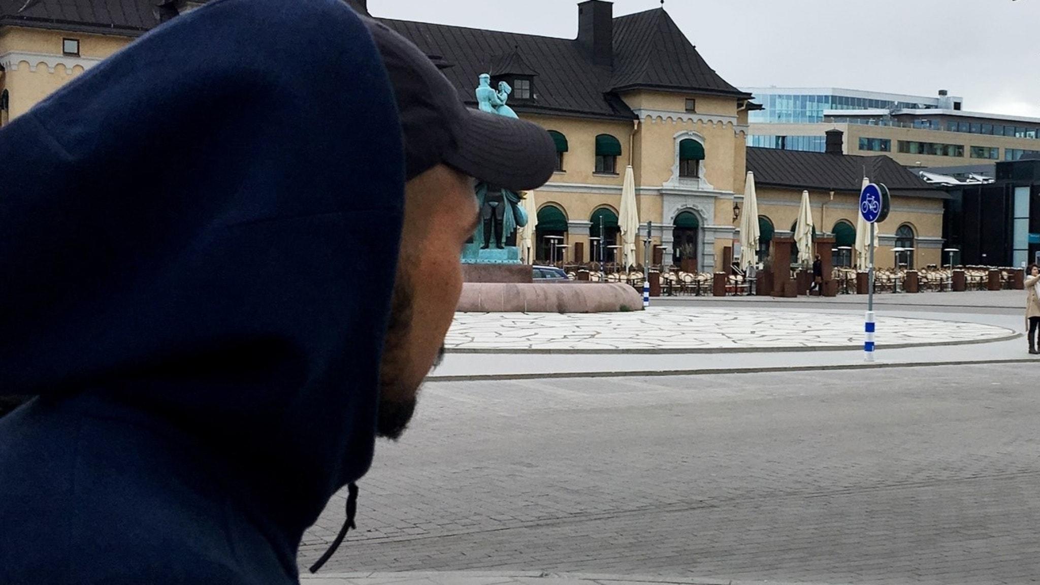Amir vistas mycket på Resecentrum i Uppsala där hans vänner använder droger.