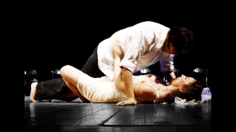 Philippa Cold som Romeo övar en het kärleksscen med Julia, som spelas av Freja Frisk. Foto: Anton Hultberg Hansen.